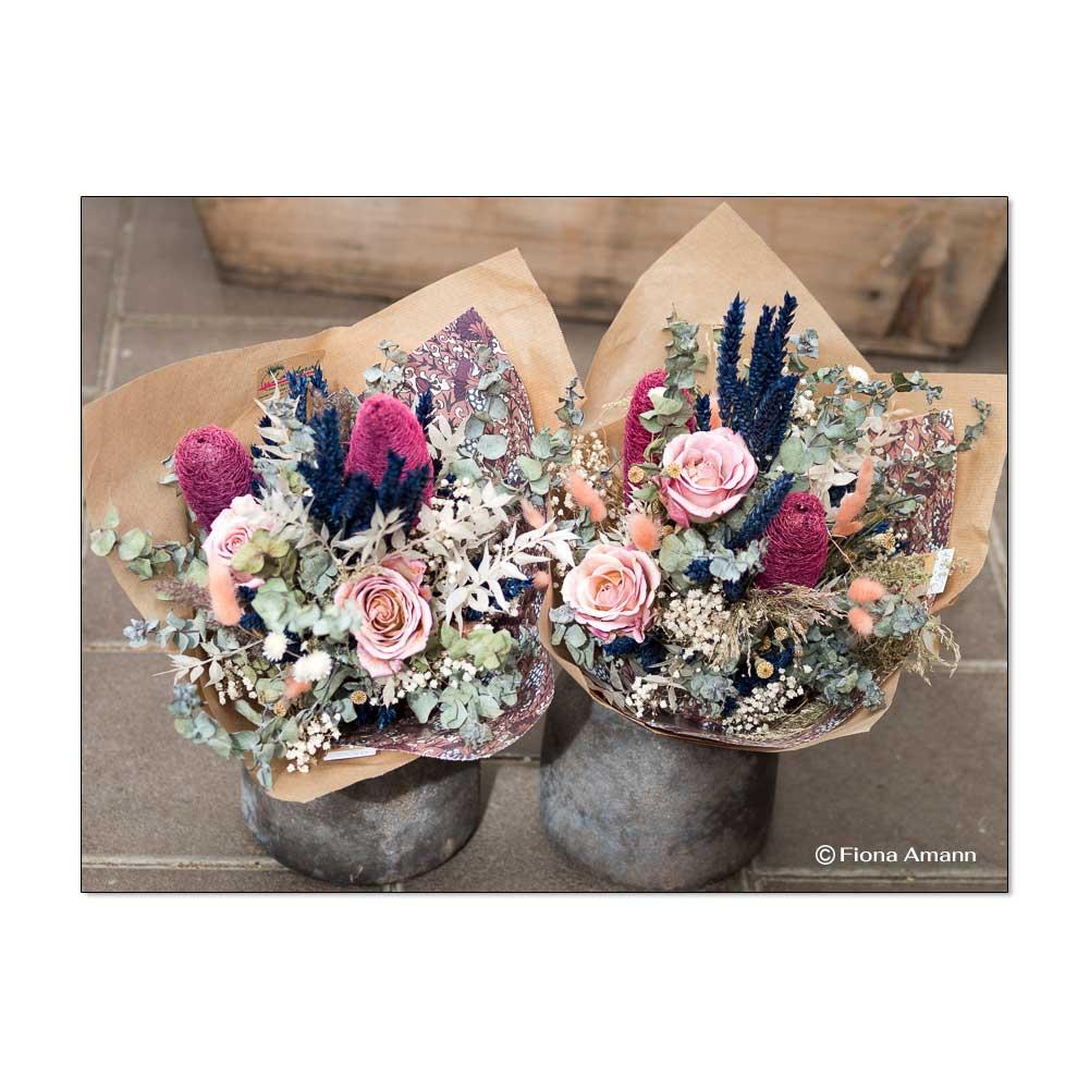 Diese Blumensträuße halten ewig. Sie bestehen aus konservierten Blumen und Gräsern.