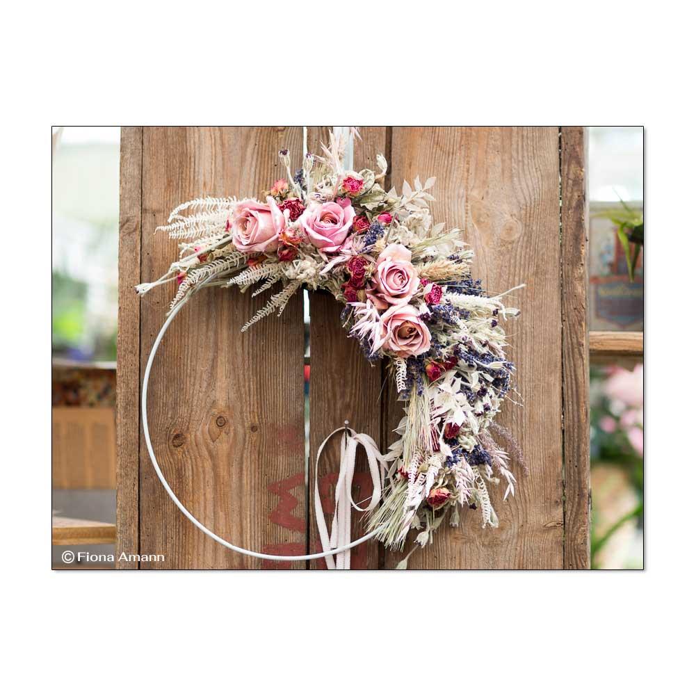 Dekorativer Blumenkranz mit getrockneten Pflanzen & unseren exklusiven, präparierten Blüten